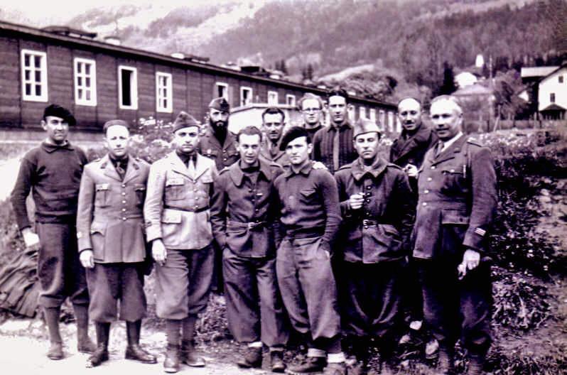 De la gauche, et le lieutenant krebs, quatrième à partirde la gauche
